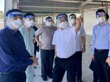 GS.TS. Trần Bình Giang - Giám đốc BV Hữu nghị Việt Đức giới thiệu với Bộ trưởng Nguyễn Thanh Long mở rộng quy mô Trung tâm hồi sức tích cực ở TP. HCM (Ảnh - Vũ Mạnh Cường)