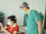 Thứ trưởng Nguyễn Trường Sơn tại điểm lấy mẫu xét nghiệm COVID-19 ở Chung cư Sài Gòn Gateway (TP. Thủ Đức) (Ảnh - Diễm Hằng)