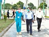 Thủ tướng trực tiếp kiểm tra Bệnh viện dã chiến điều trị COVID-19 thuộc BV Đại học Y Hà Nội (Ảnh - VGP/Nhật Bắc)