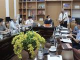 Nghệ sĩ Quyền Văn Minh thổi kèn tặng các bác sĩ tuyến đầu chống COVID-19 qua hệ thống Teleheath (Ảnh - Lê Hảo)