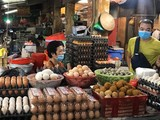 Người dân bán hàng ở chợ (Ảnh - Thanh Thanh)