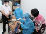 Thứ trưởng Bộ Y tế Đỗ Xuân Tuyên kiểm tra việc tiêm vaccie COVID-19 cho người dân (Ảnh - Trần Minh)
