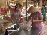 Người dân tuân thủ quy định phòng, chống dịch COVID-19 khi đi chợ (Ảnh - Thanh Thanh)