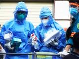 Nhân viên y tế chuẩn bị dụng cụ lấy mẫu xét nghiệm COVID-19 (Ảnh - Minh Nhân)