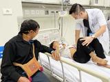 Bác sĩ ở BV Nhi Trung ương chăm sóc trẻ (Ảnh - BVCC)