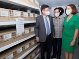 Thứ trưởng Bộ Y tế Trương Quốc Cường và bà Robyn Mudie - Đại sứ Australia tại Việt Nam - tại kho bảo quản vaccine COVID-19 ở Viện Vệ sinh Dịch tễ Trung ương (Ảnh - Trần Minh)