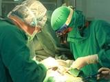 Ê kíp bác sĩ cấp cứu bệnh nhân bị vỡ eo động mạch chủ. Ảnh minh họa: Internet
