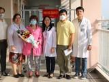 Anh Li ZiChao, người bị nhiễm virus Corona vừa được Bệnh viện (BV) Chợ Rẫy TP.HCM điều trị thành công, đến BV Quận 11 đón mẹ về nhà. Ảnh: BV
