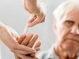 Cảnh báo người cao tuổi kèm bệnh nền khi mắc mắc COVID-19 có nguy cơ diễn biến nặng. Ảnh minh họa: Internet