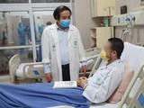 PGS.TS Nguyễn Văn Chi - Trưởng Khoa Cấp cứu A9 chúc mừng bệnh nhân đã nhanh chóng bình phục sau khi được can thiệp kỹ thuật hiện đại, tiên tiến. Ảnh: BVBM