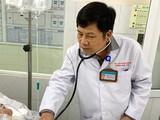 BS.CK2. Hoàng Ngọc Ánh - Phó trưởng khoa Hồi sức tích cực chống độc (BV Thống Nhất TP.HCM) đang khám cho bệnh nhân. Ảnh: BVCC
