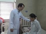 Bác sĩ hỏi thăm bệnh nhân sau phẫu thuật. Ảnh:T.H