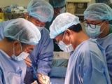 Áp dụng phương pháp nội soi 3D lấy khối u buồng trứng cho bệnh nhân. Ảnh: Internet