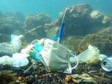 """Đại dương """"ngập"""" trong rác khẩu trang, găng tay y tế. Ảnh: OPÉRATION MER PROPRE"""