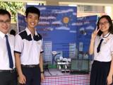 Thầy Lương Tuấn Anh cùng Nguyễn Bích Gia An và Đoàn Viết Minh trong cuộc thi nghiên cứu khoa học cấp trường. Ảnh: Khám phá