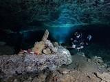 Nhóm nghiên cứu khám phá các cổ vật trong hang. Ảnh: CNBC