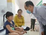 Lãnh đạo Quận 2 thăm hỏi tình hình sức khỏe học sinh đang được điều trị tại BV Quận 2. Ảnh: Huyền Mai (TTBC)