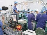 Ê kíp phẫu thuật do PGS.TS Nguyễn Hữu Ước – Giám đốc Trung tâm Tim mạch và lồng ngực (BV Hữu nghị Việt Đức) làm trưởng kíp đang phẫu thuật ghép tim cho bệnh nhân. Ảnh: BVCC