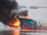 Tàu Hải Hà 18 đang bốc cháy. Ảnh: KDPL