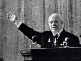 """N.Khrushchev đọc diễn văn tại Đại hội XX của Đảng Cộng sản Liên Xô chống J.Stalin và xuyên tạc lịch sử Liên Xô, mở đầu """"cải tổ 1.0"""" (Ảnh: Ogonhyok)"""