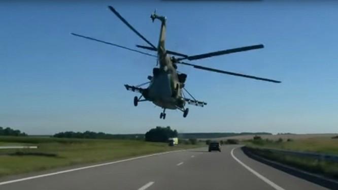 Trực thăng bay trên đường