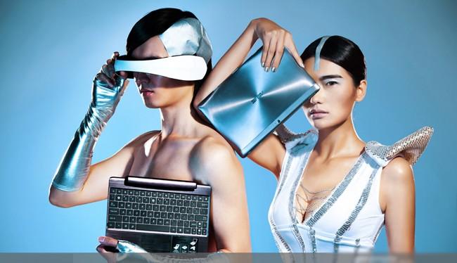 Mỹ nữ sexy tạo hình khác lạ bên tablet