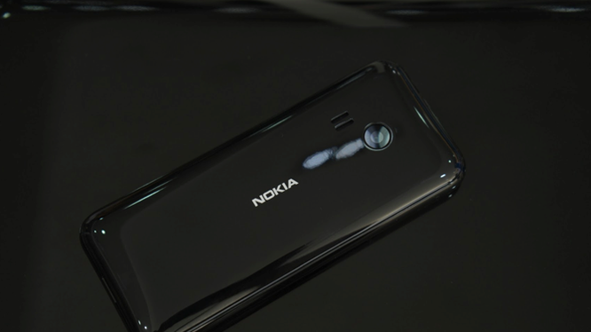 Trên tay Nokia 222 màu đen bóng giá 950 nghìn