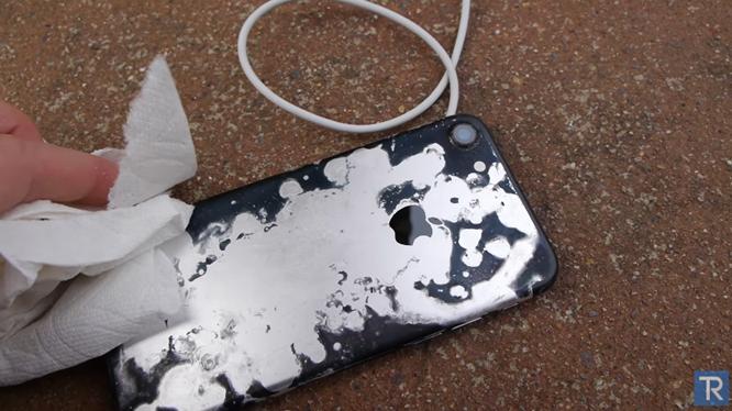 iPhone 7 bị ngâm trong axit trong 5 phút vẫn sử dụng bình thường, máy chỉ bị cạn pin và bong lớp màu mạ trên vỏ.