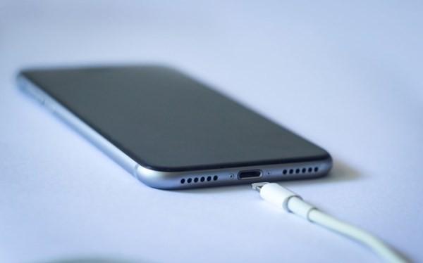 Người dùng tốt nhất nên chọn mua cho mình những adaptor sạc thiết bị Apple chính hãng.