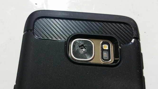 Mặt kính của camera chính trên vài mẫu smartphone cao cấp Galaxy S7 bị vỡ dù không bị ảnh hưởng bởi ngoại lực tác động lên bề mặt.