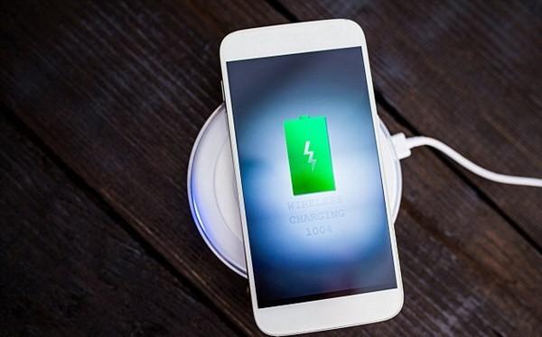 iPhone 8 sạc không dây nhờ phụ kiện hỗ trợ