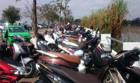 """Phí trông giữ xe máy tại bãi xe này đã bị """"hét"""" lên 10.000 đồng/xe/lượt (ảnh chụp tại bãi trông giữ xe khu vực phủ Tây Hồ - Hà Nội)"""