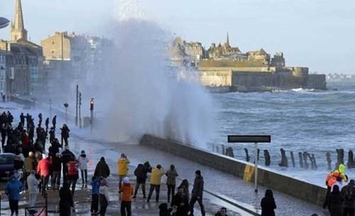 Triều cường gây ra sóng lớn - Ảnh: France Bleu