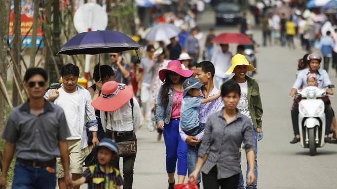 Người dân đội nắng đổ về di tích đền Hùng (tỉnh Phú Thọ) - Ảnh Nguyễn Khánh