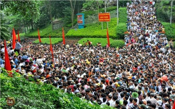 Dòng người ùn ùn đổ về đền Hùng ngày 10-3 âm lịch.