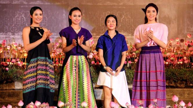 Hoa hậu Ngọc Hân và hoa hậu Kỳ Duyên trong trang phục của nhà thiết kế đến từ Philippines - Ảnh: Ngọc Hiển