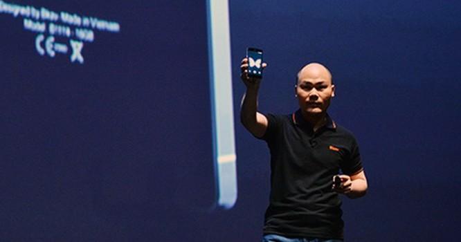 ng Nguyễn Tử Quảng tự hào công bố sản phẩm BPhone tại lễ ra mắt sáng nay 26/5/2015.