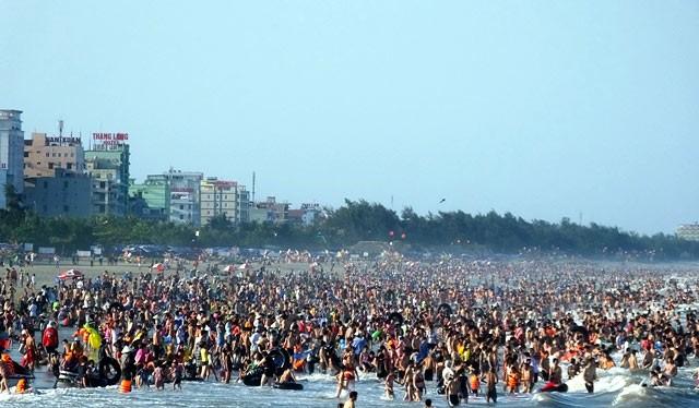 Nhiều bãi biển miền Trung trở nên quá tải vì người dân đổ xô đi trốn nóng