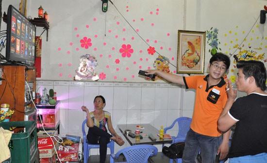 Nhân viên truyền hình FPT đang lắp đặt cho khách hàng xem thử dịch vụ truyền hình. Ảnh: chungta.vn
