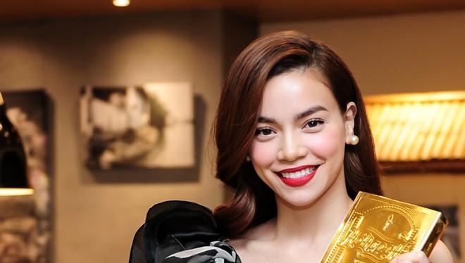 Nữ hoàng giải trí showbiz Việt rạng rỡ trong ngày phát hành DVD Live concert 2014.