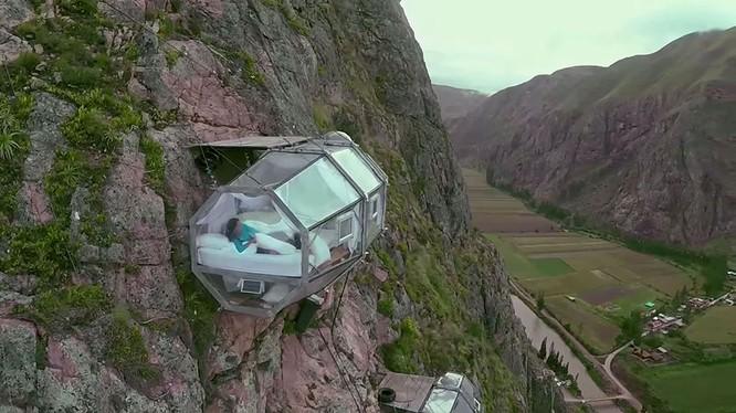 Loại hình giường ngủ trên vách đá tại khu vực dãy núi Andes ở Peru có tên Skylodge, được treo ở độ cao 122m so với mặt đất.
