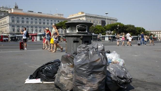 Đường phố Rome ngập rác thải - Ảnh: Reuters