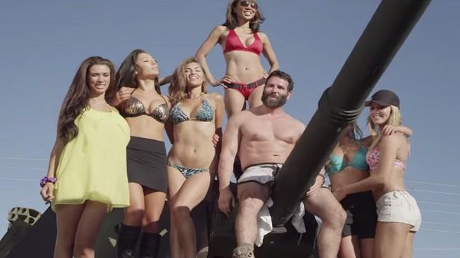 Tay chơi người Mỹ Dan Bilzerian lái xe tăng nghiền BMW bên giàn mĩ nhân