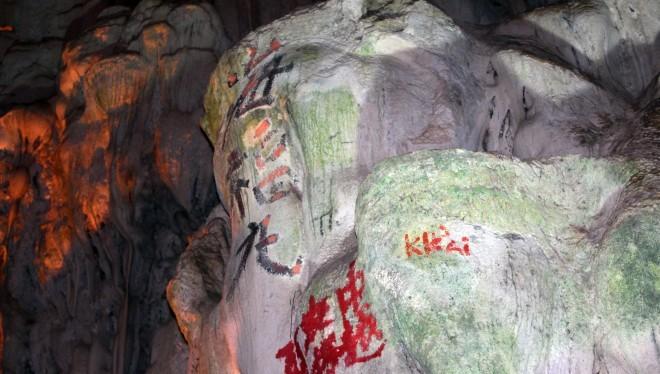 """Chữ Trung Quốc được viết trong các hang động có phải ngẫu nhiên, tình cờ, hay có ý đồ khác, ai biết được mục đích của những kẻ """"thâm nho""""."""