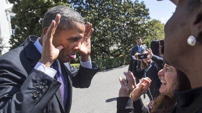 Tổng thống Mỹ Obama làm mặt hề với người hâm mộ
