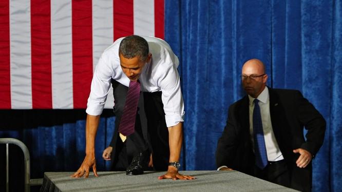 Ông Obama khá mất mặt khi ở trong tư thế khó xử này