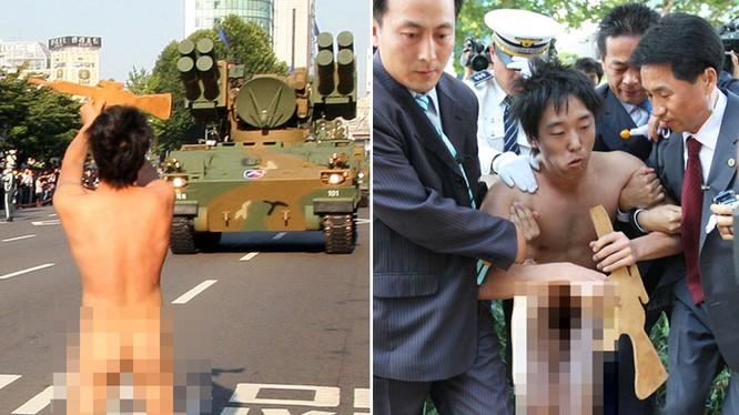 Sinh viên nam Hàn Quốc thoát y chặn đoàn xe tăng trong lễ duyệt binh