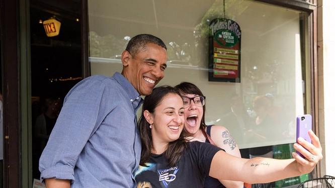 Tổng thống Obama chụp ảnh tự sướng với các fan nữ