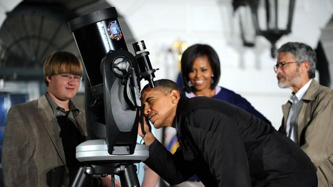 Tổng thống Obama say sưa bên kính viễn vọng
