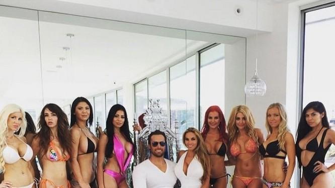 Cuộc sống xa hoa của vợ chồng tỉ phú Mỹ với 10 hotgirl nóng bỏng